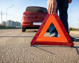 Когда ставится аварийный знак от машины и на какое расстояние: предъявляемые требования к знаку