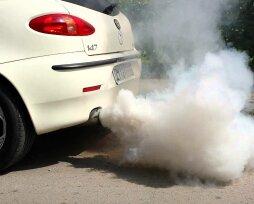 Белый дым из выхлопной трубы с запахом: причины появления