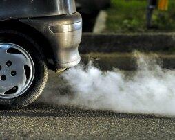 Дым из выхлопной трубы дизельного двигателя на холостых оборотах