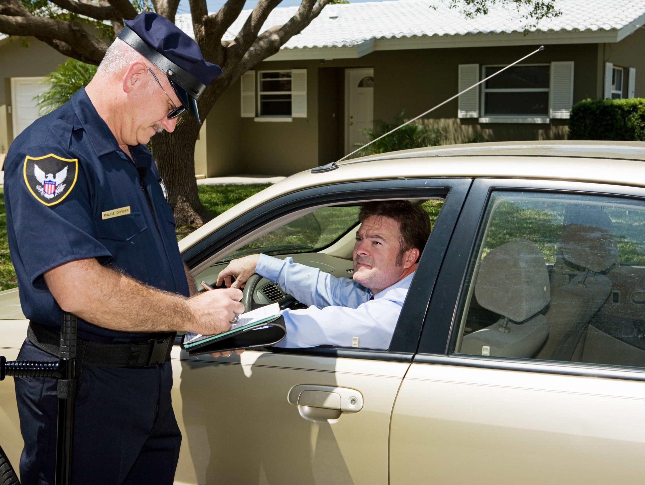 Полицейский остановил автомобиль