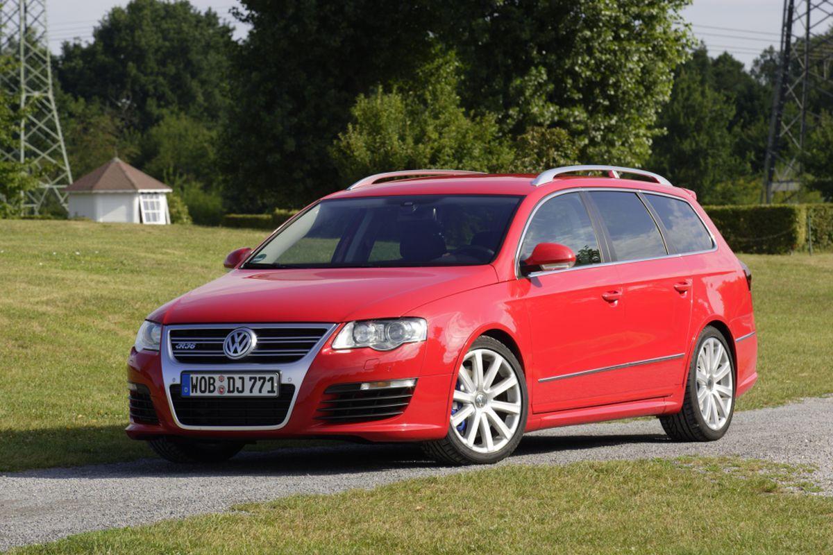 Красный Volkswagen Passat Ecofuel