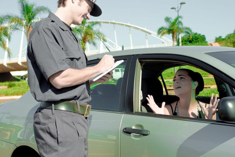 Полицейский выписывает штраф за превышение скорости