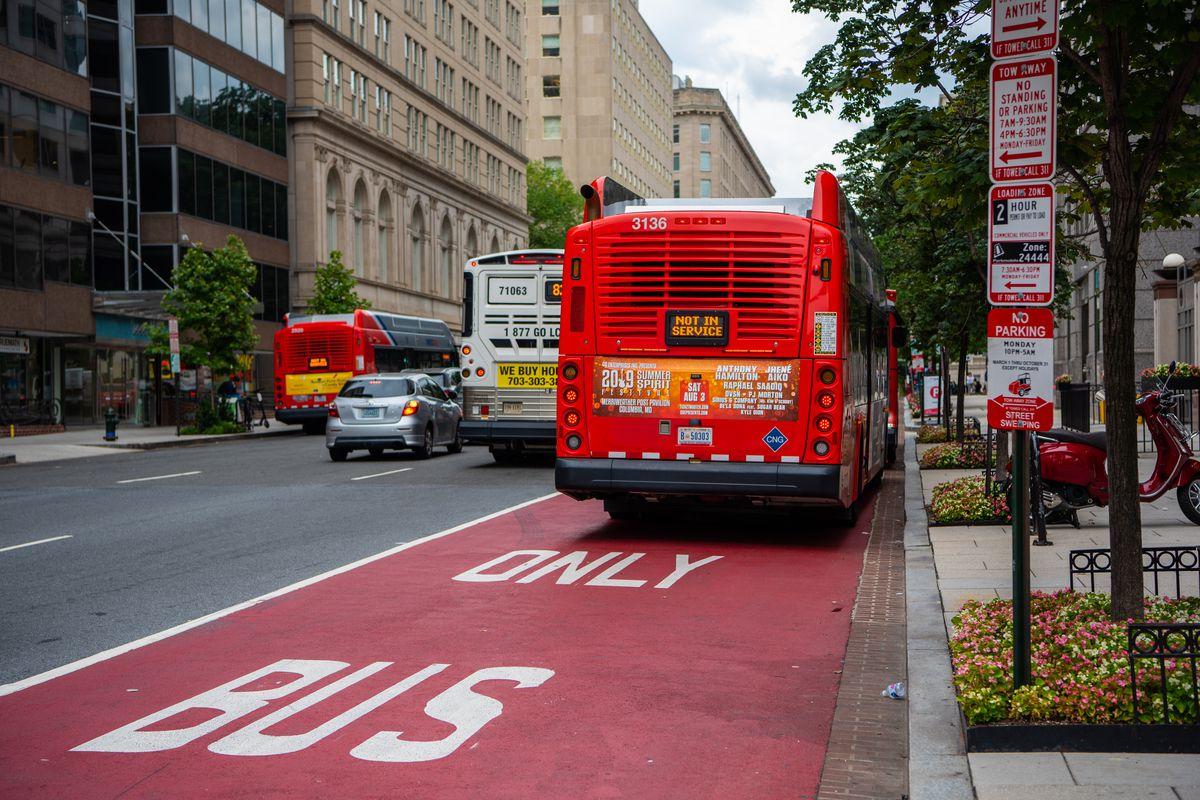 Для автобусов предусмотрена выделенная полоса
