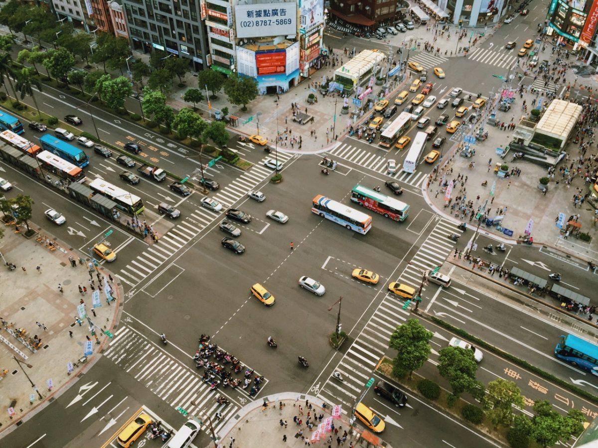 Движение транспорта на перекрестке