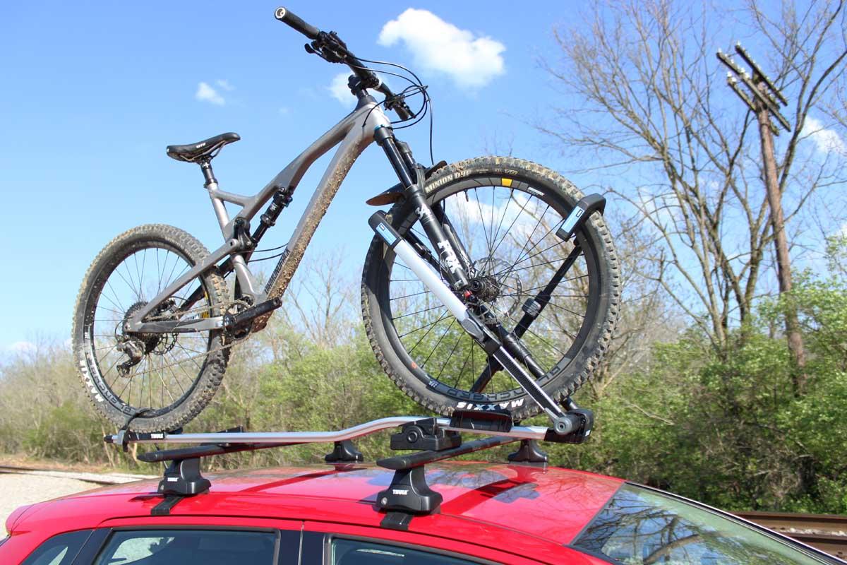 Перевозка велосипедов на крыше машины