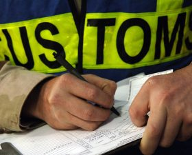 Сотрудник таможни оформляет документы