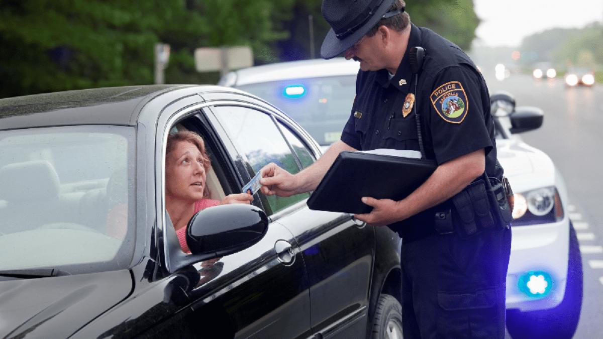Полицейский выписывает штраф женщине