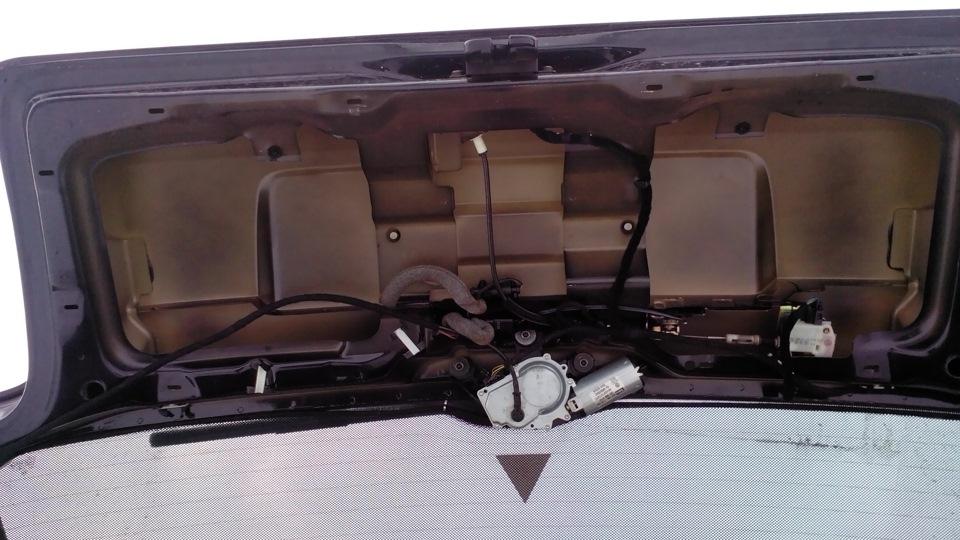 Дверь багажника «Пассата Б5» универсал изнутри