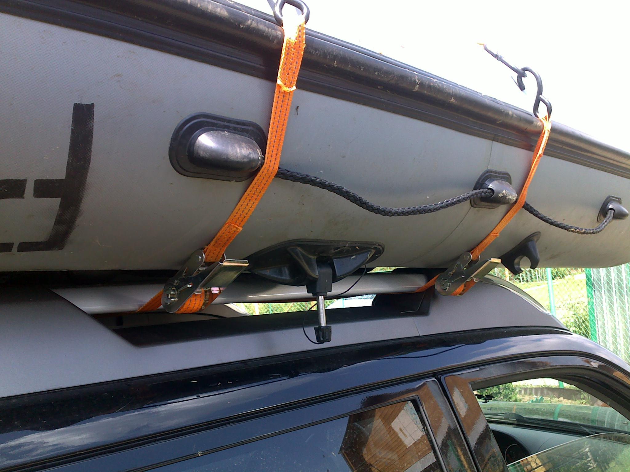 Держатель лодки на багажнике авто