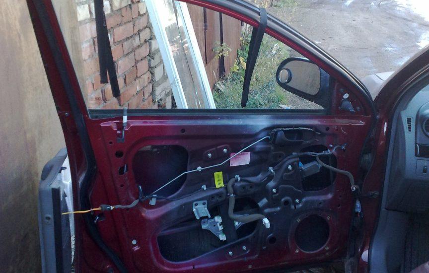 Как закрыть стекло в машине, если сломался стеклоподъемник