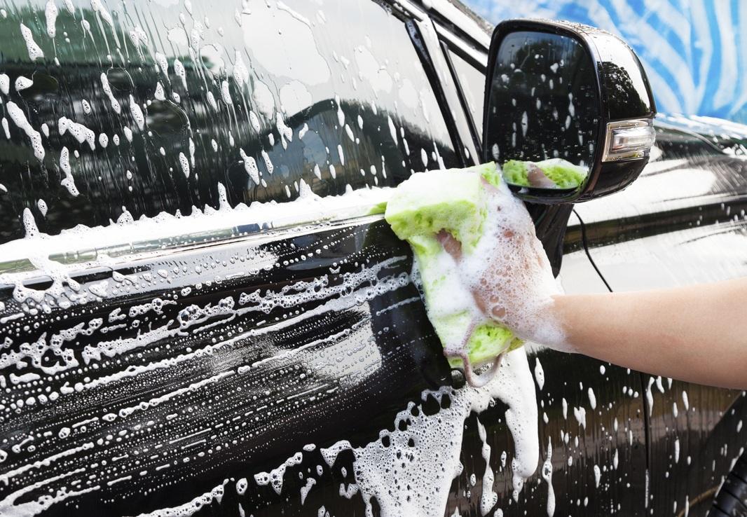 Мытье машины губкой