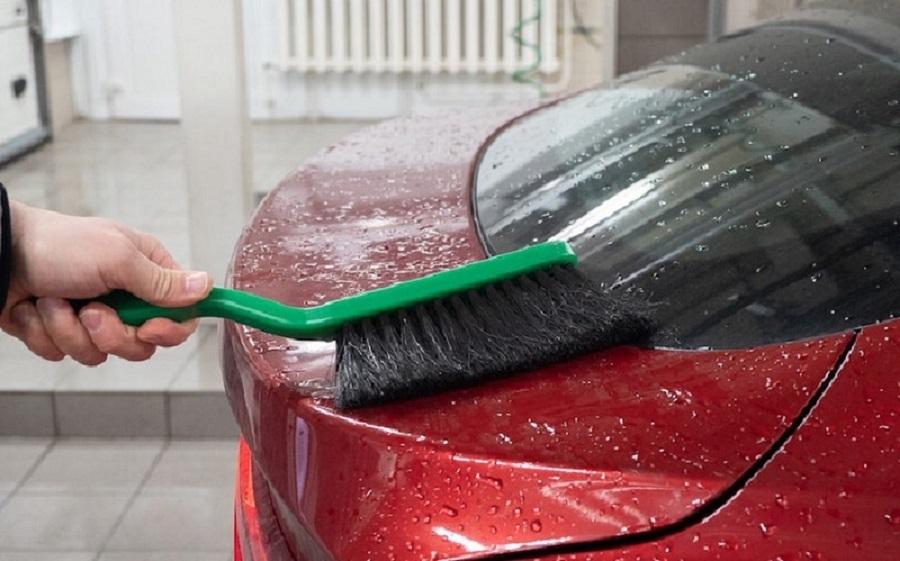 Мытье машины щеткой