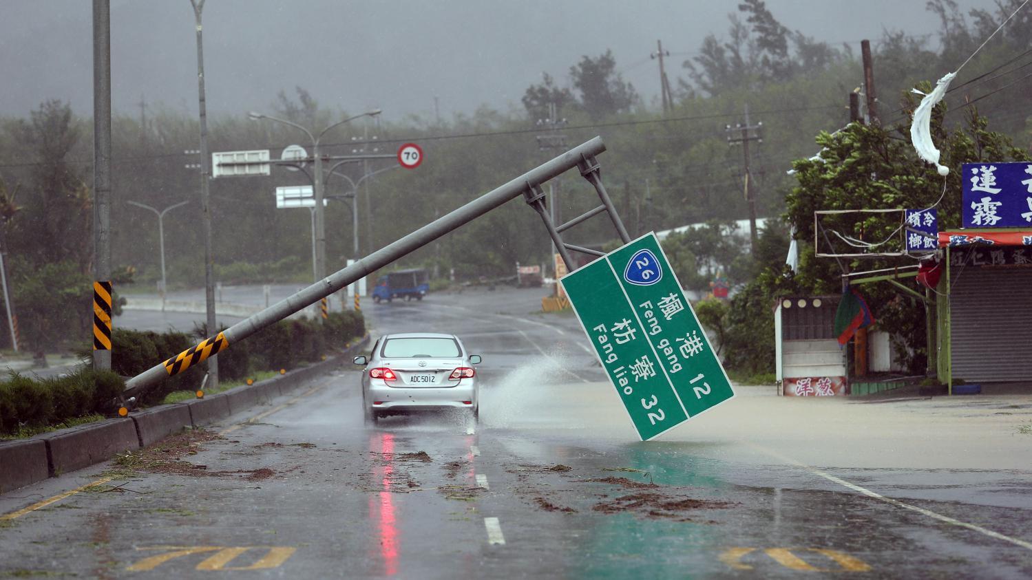 Сломанный дорожный знак