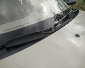 Спойлер на дворники автомобиля