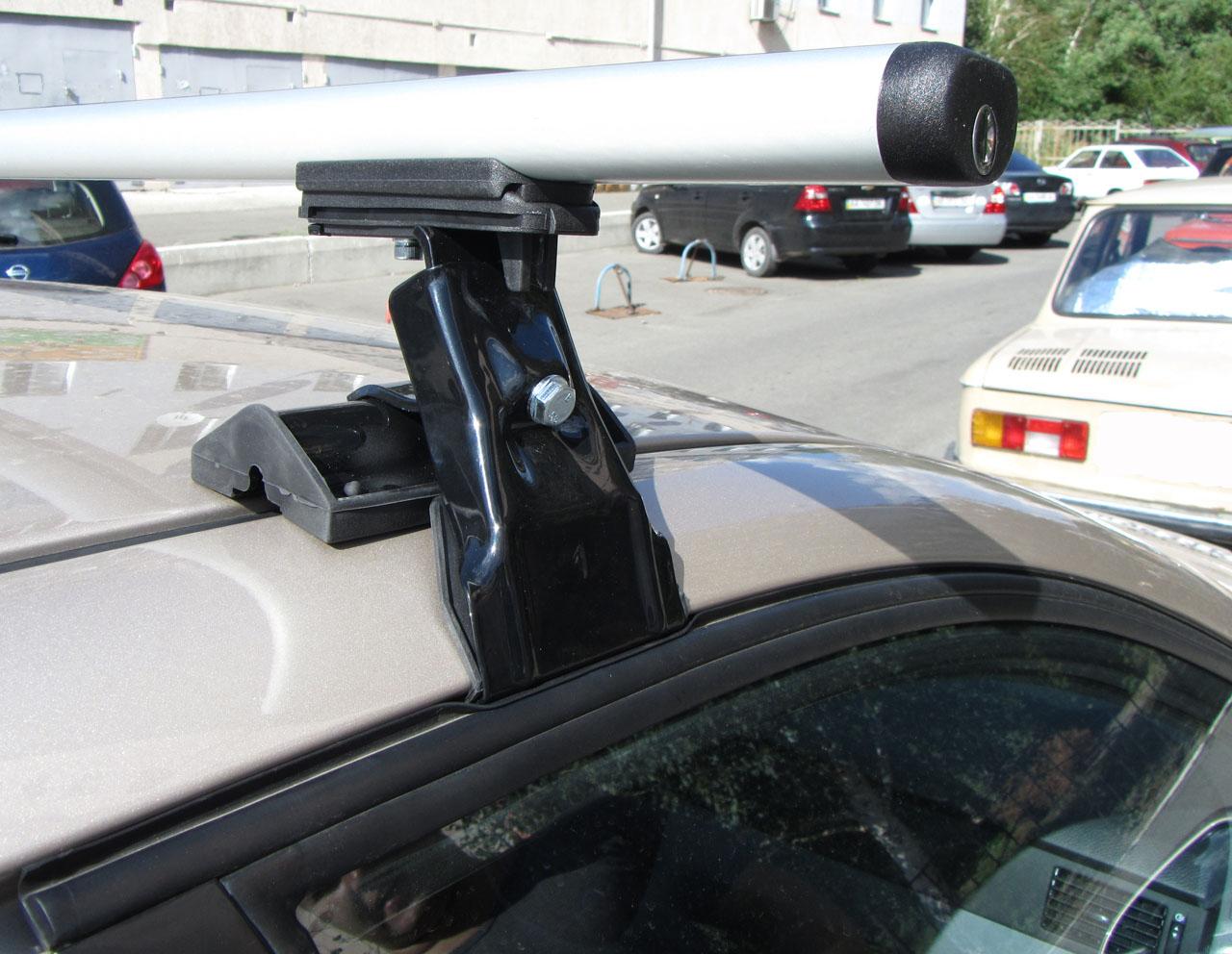 Установку багажника на гладкую крышу автомобиля
