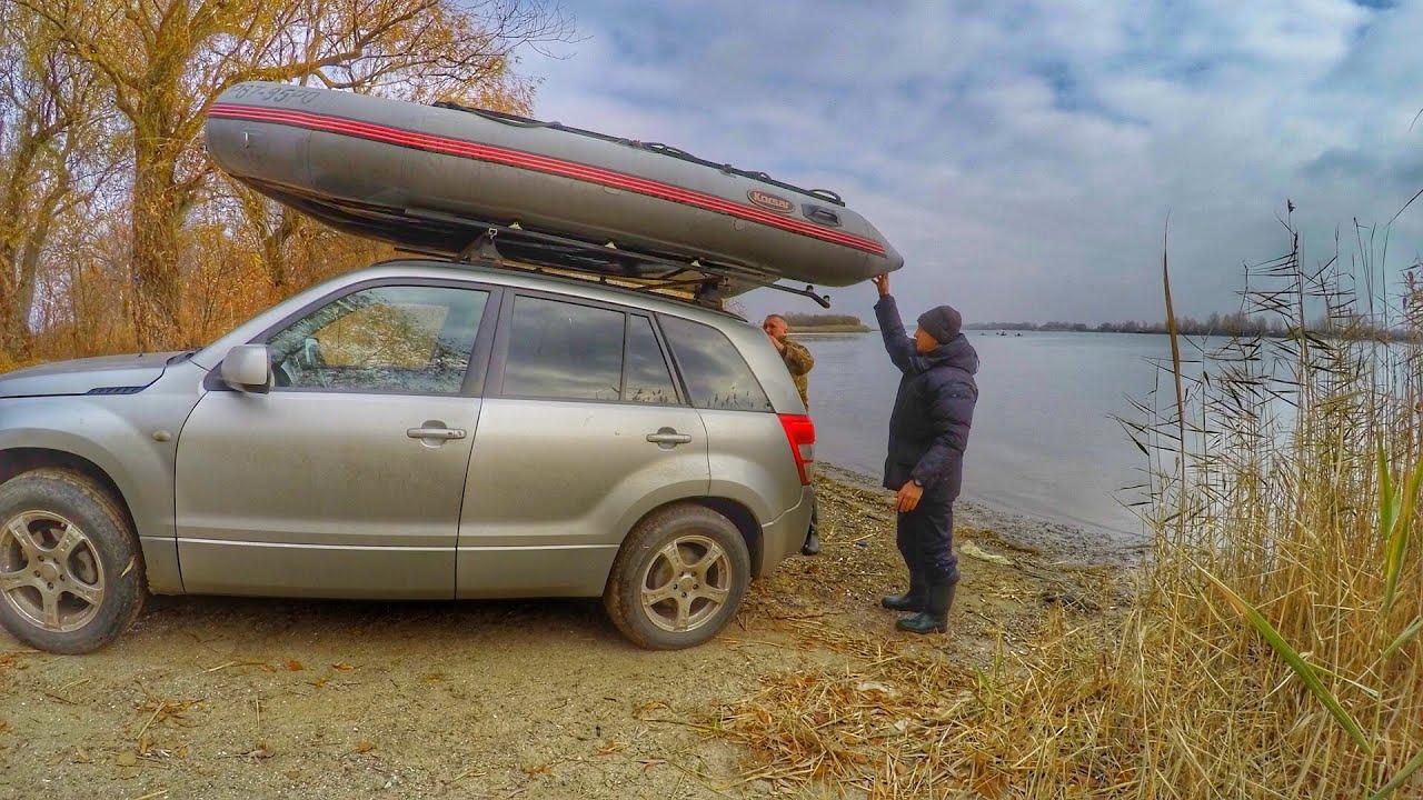 Лодка ПВХ на багажнике на крыше авто