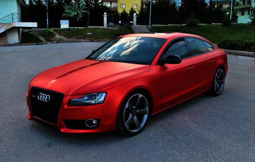 Машина обклеенная красной пленкой