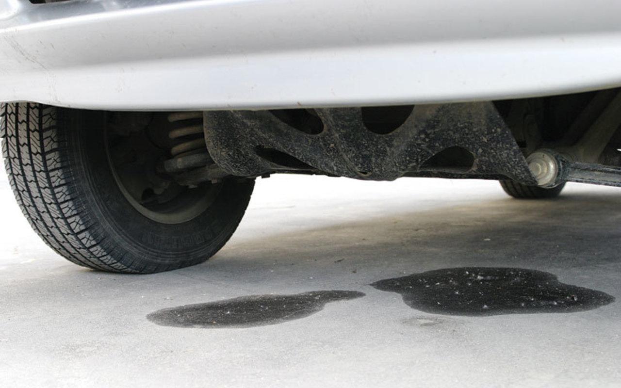 Масляные пятна под машиной