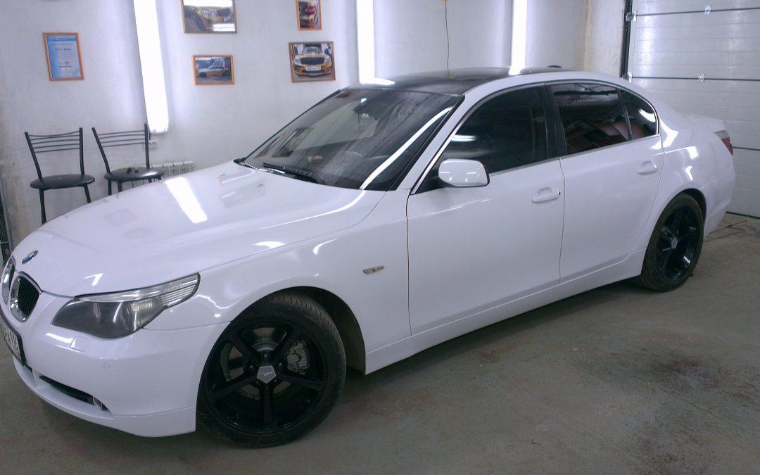 Оклейка автомобиля белой глянцевой