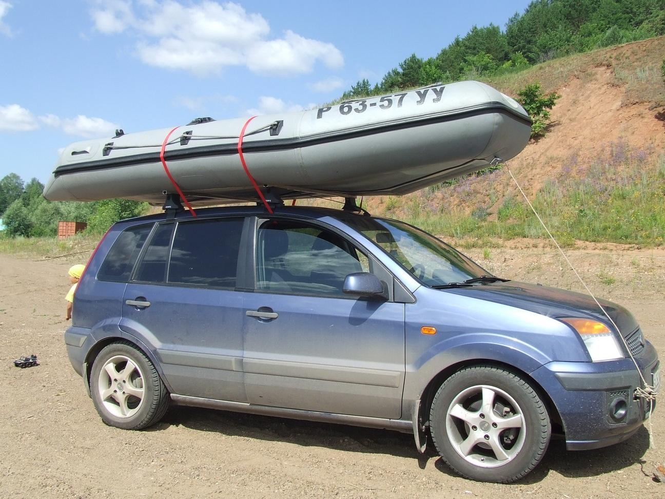 Правильное расположение лодки ПВХ на багажнике авто