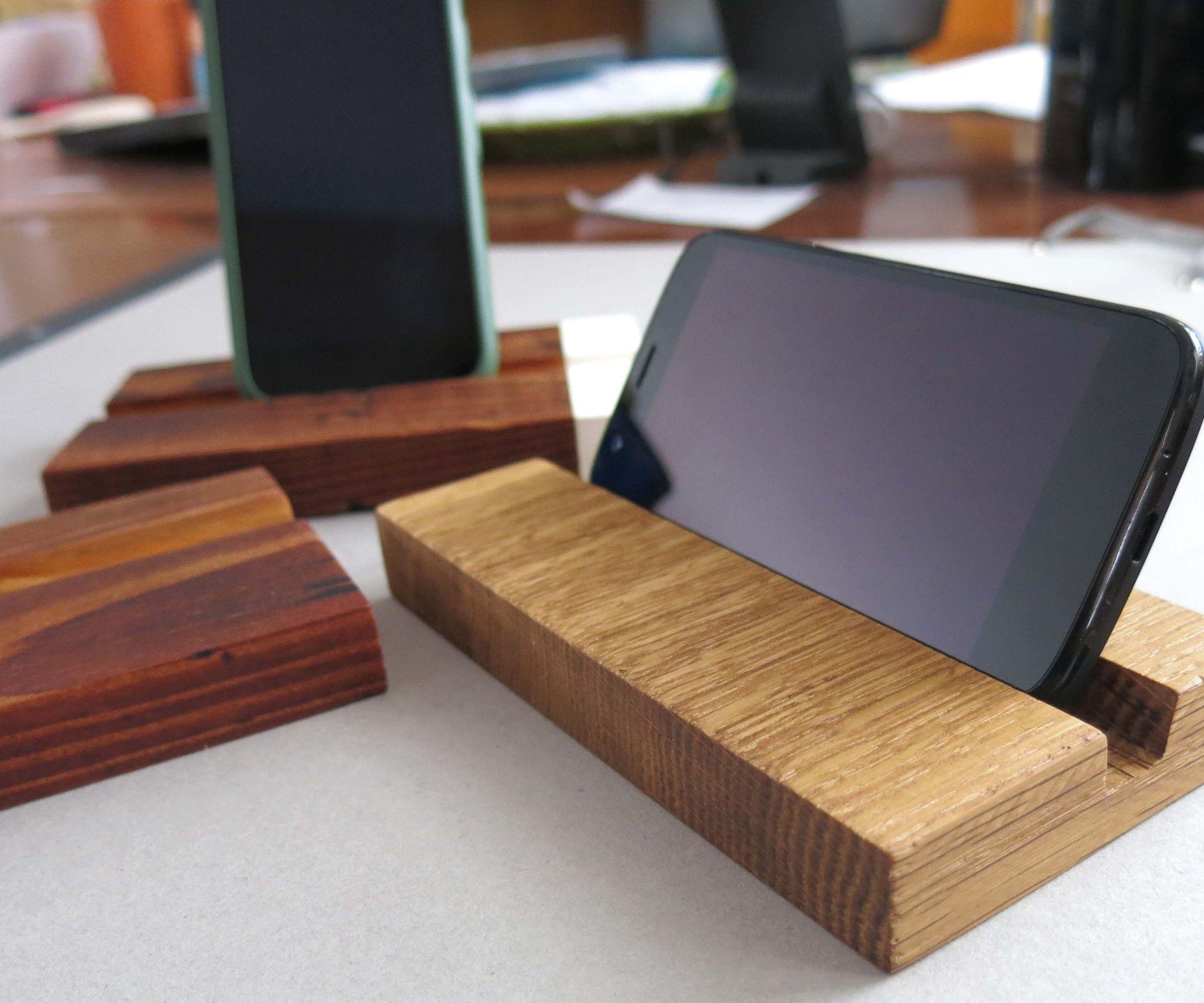 Простая деревянная подставка для телефона