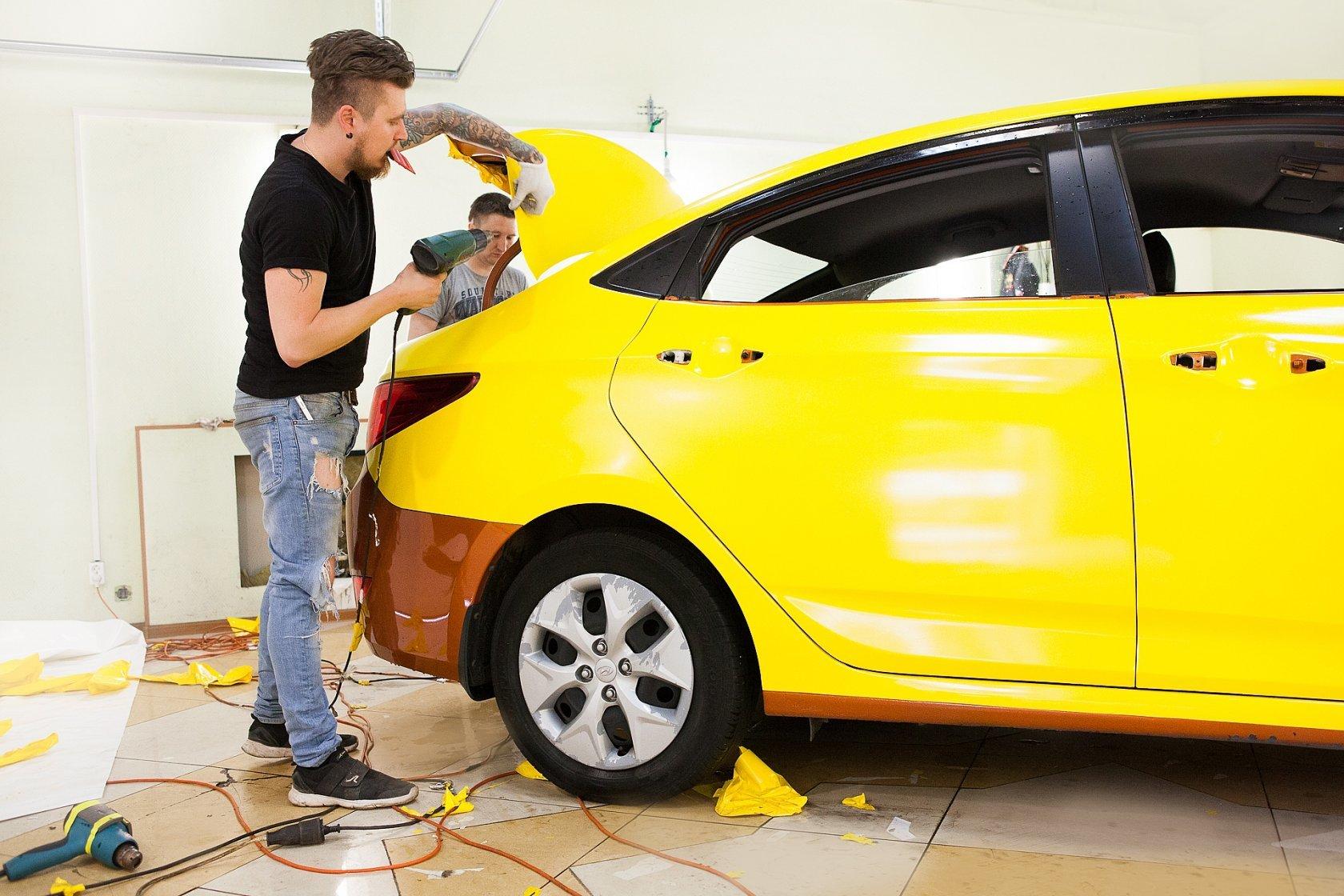 Процесс оклеивания авто желтой пленкой