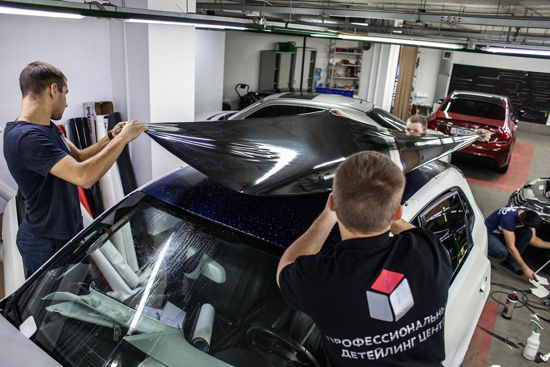 Процесс тонировки крыши автомобиля