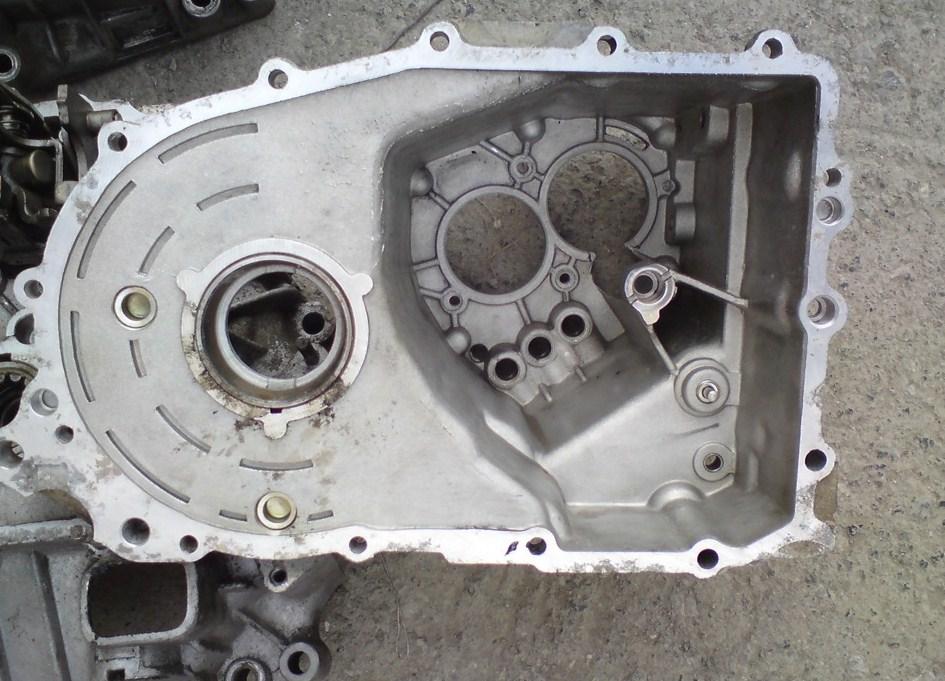 Периметр блока КПП без уплотнительной прокладки, видны следы масла