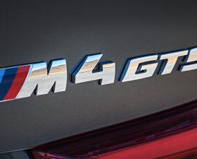 как приклеить эмблему на автомобиль