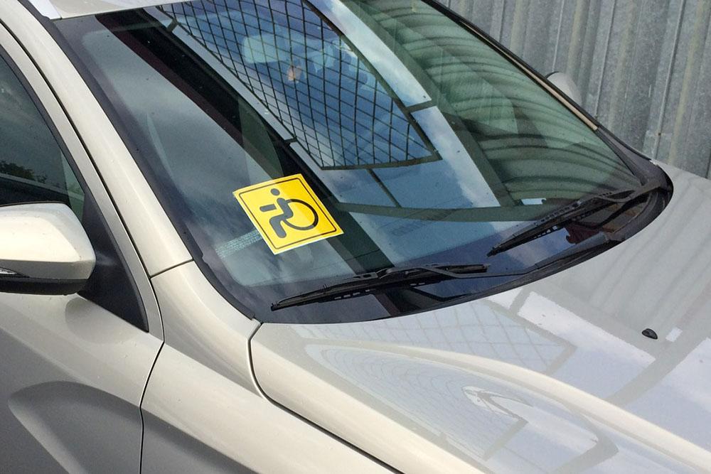Машина со знаком «Инвалид»