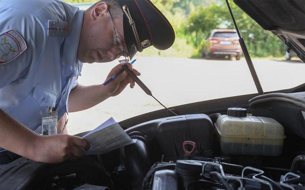 Осмотр автомобиля инспектором ГИБДД