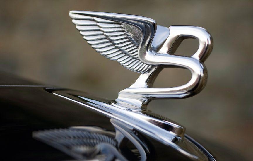 марки машины с крыльями на значке