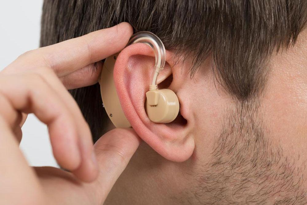 Мужчина со слуховым аппаратом