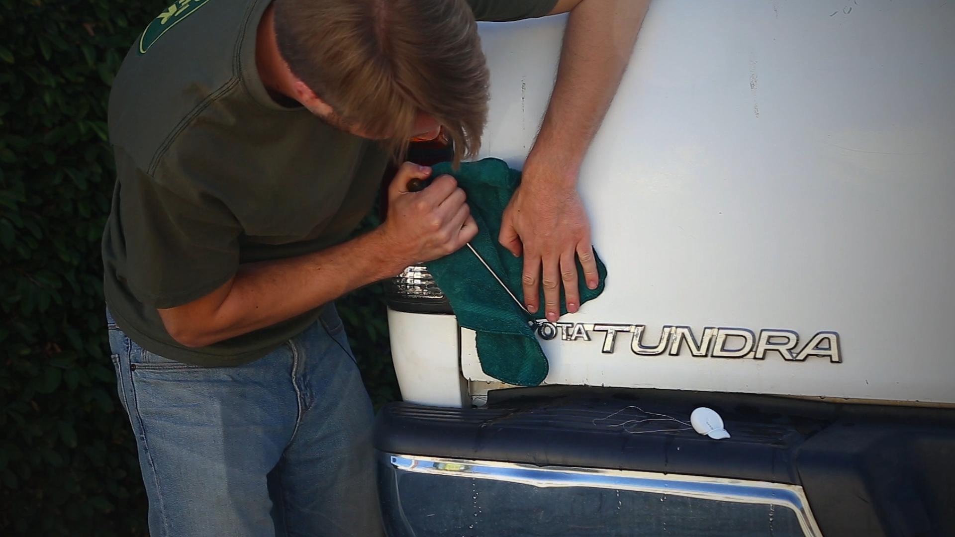 Использования отвертки и фена для демонтажа шильдика