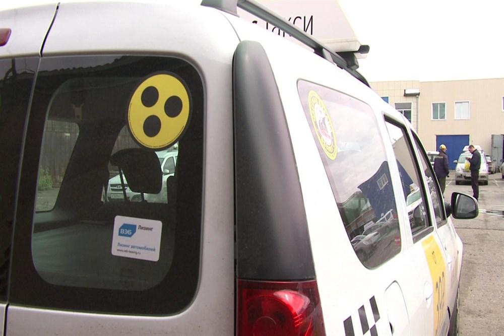 Знак «Глухой водитель» на автомобиле