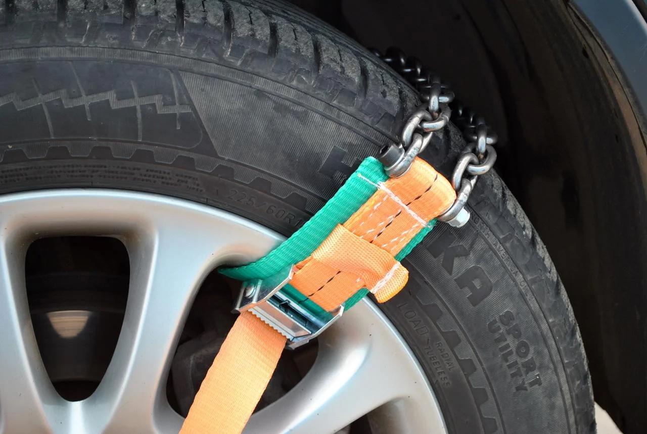 Браслеты противоскольжения на колесе машины