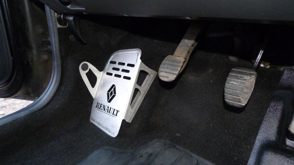 Подставка под левую ногу водителя