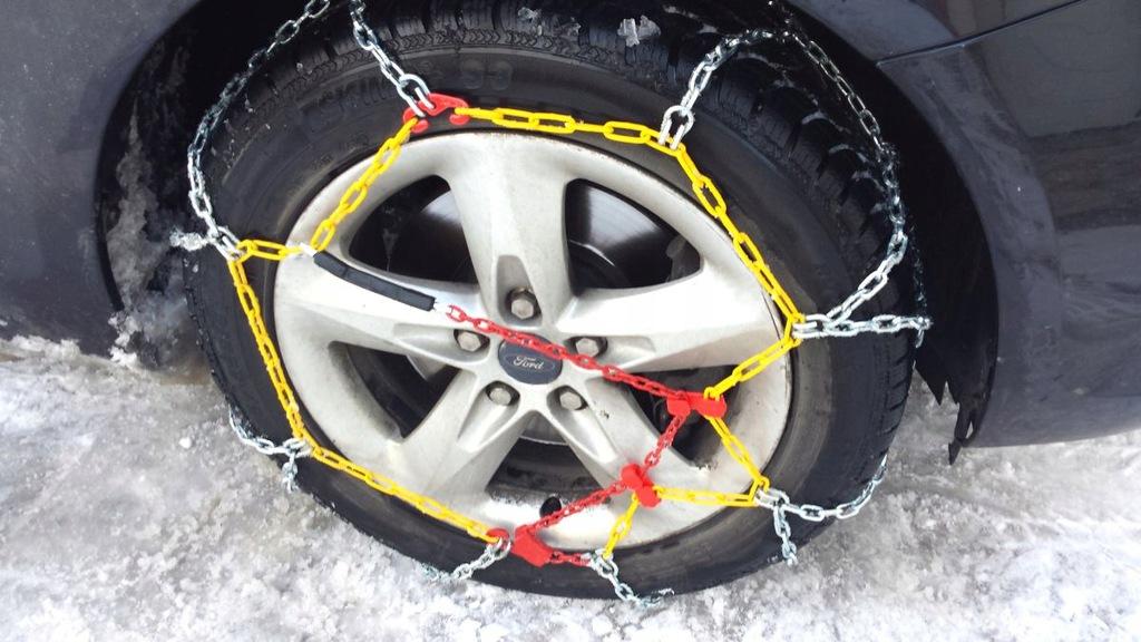Цепи противоскольжения на колесе легкового авто
