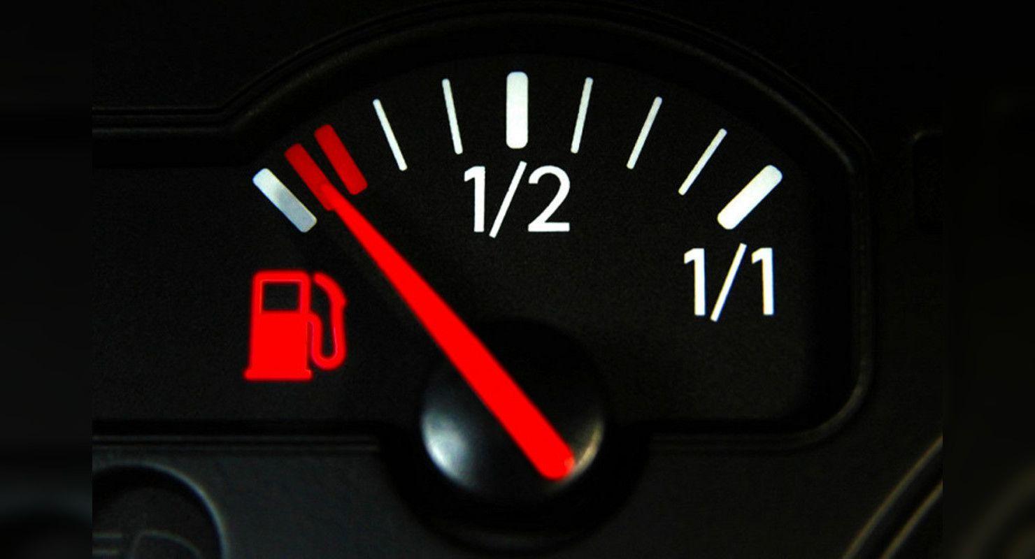 Индикатор топлива на панели приборов