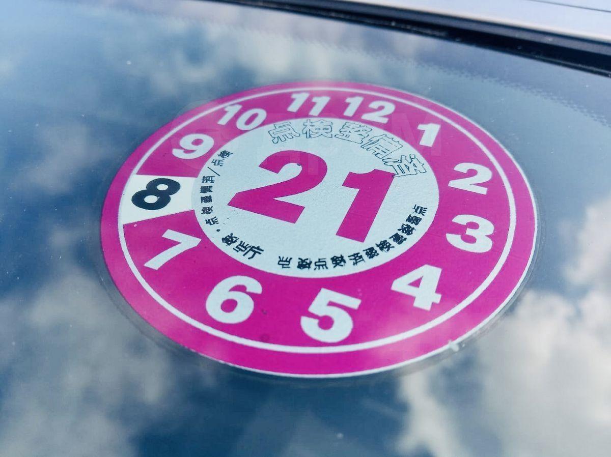 Наклейка на автомобиль в Японии