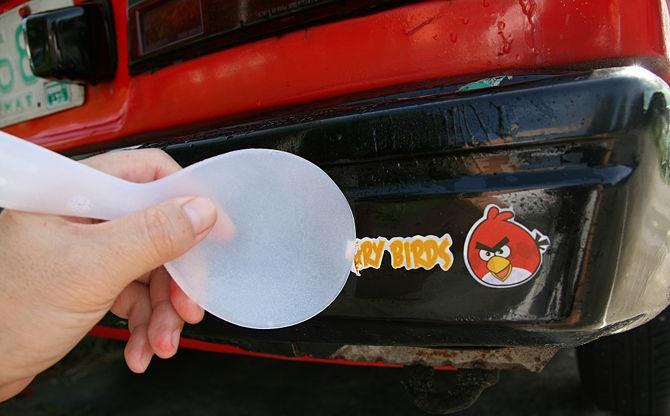 Самостоятельно удалить наклейку с машины и приклеить новую