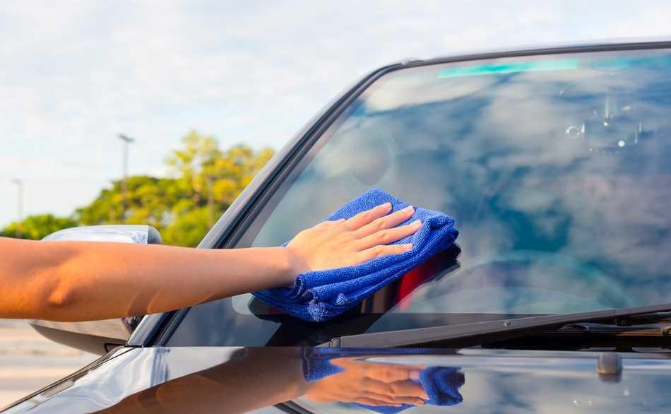 Удаление свежей наклейки со стекла авто