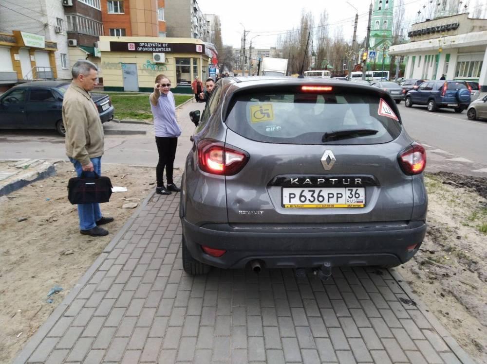 Автомобиль со знаком «инвалид» на тротуаре