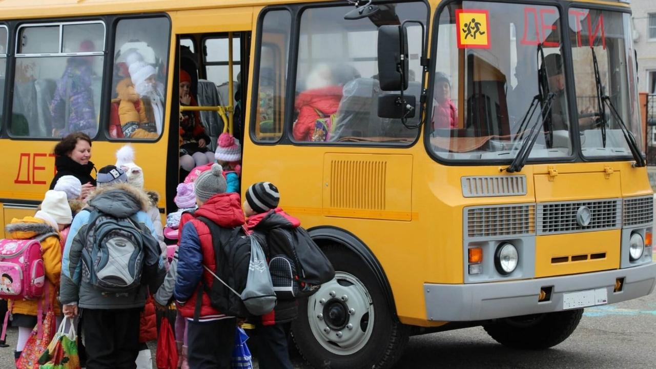 Дети садятся в автобус