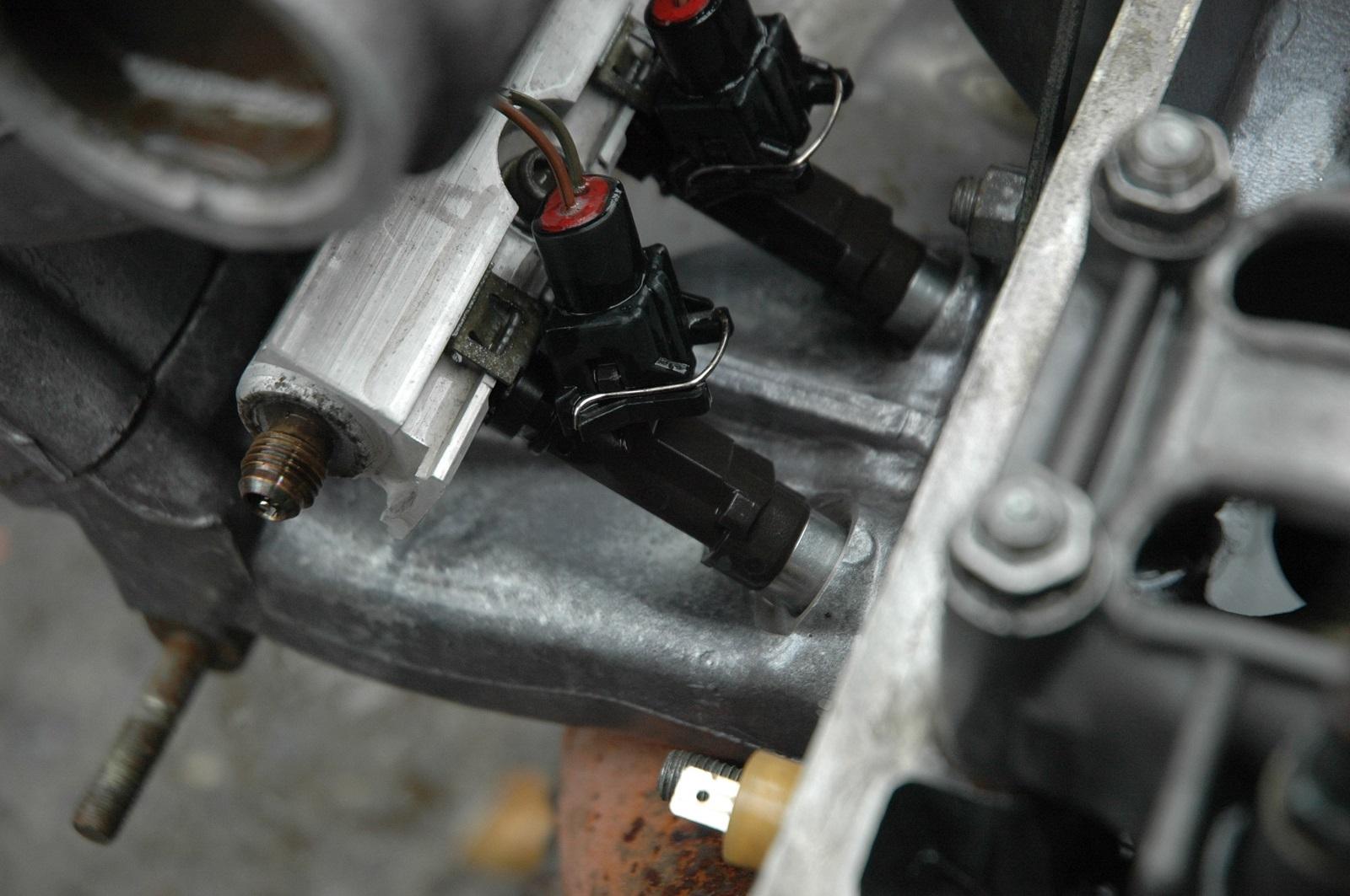 Форсунки впрыскивают и распыляют топливо, от их состояния зависит работа мотора
