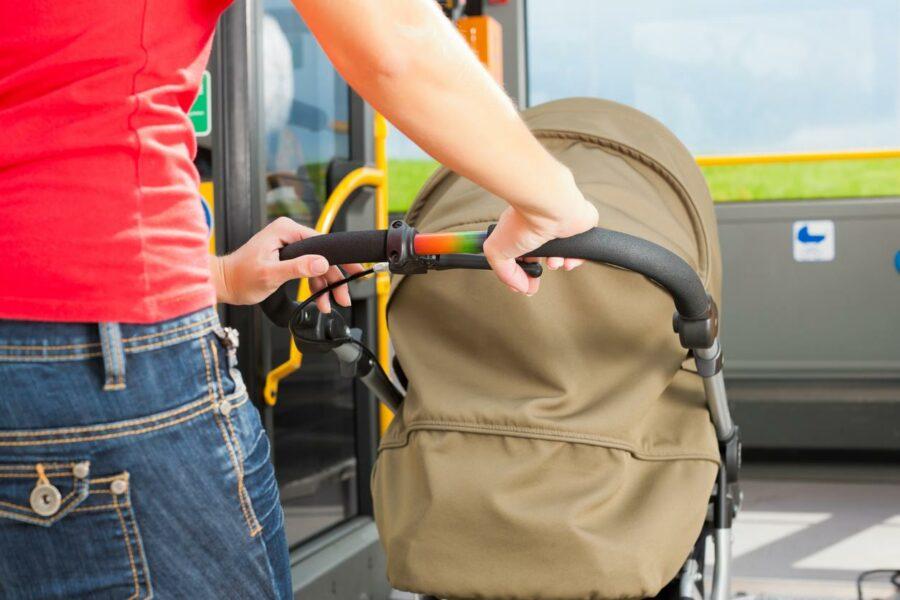 Как правильно перевозить ребенка в коляске в автобусе