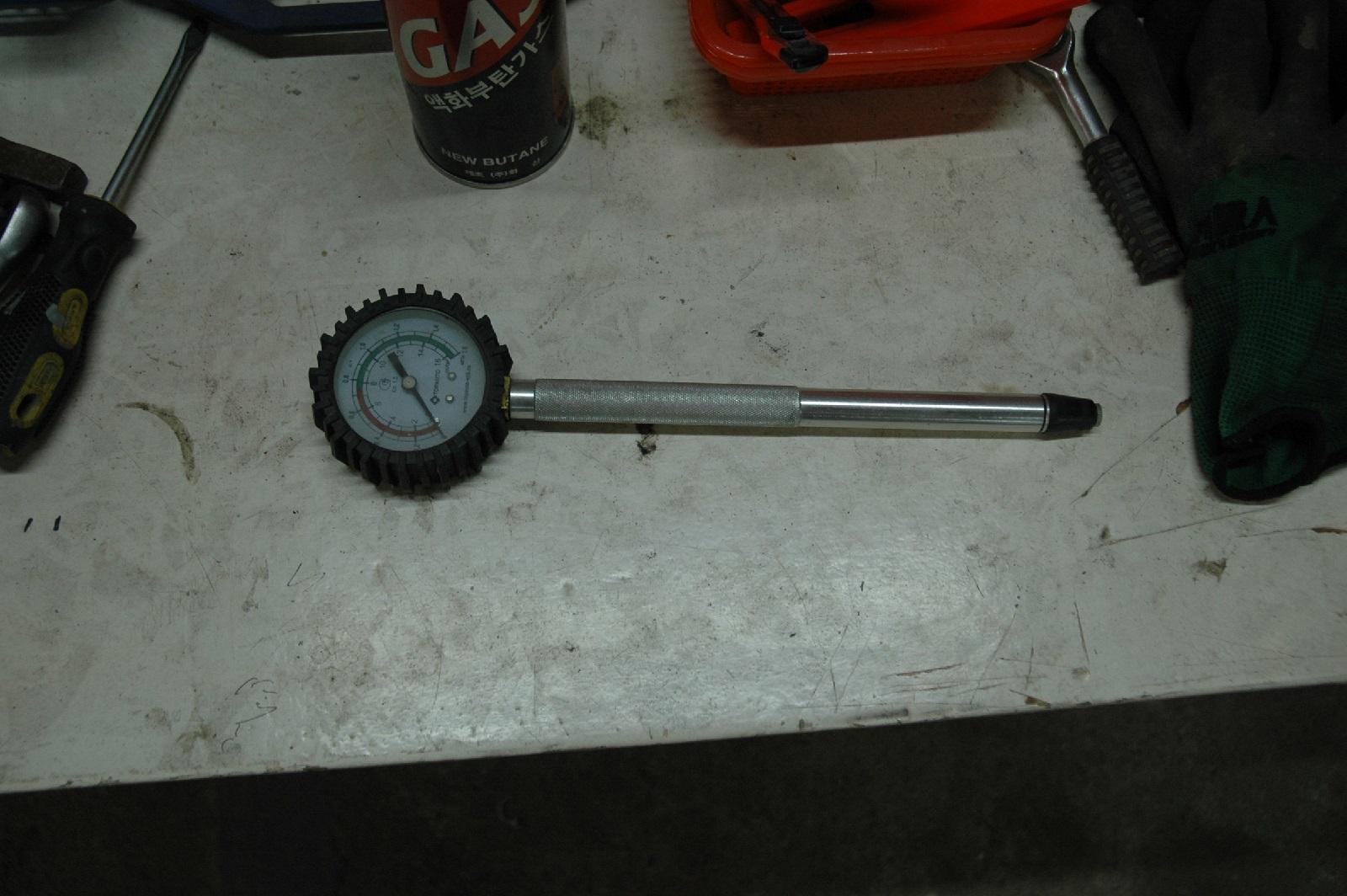 С помощью этого прибора (компрессометра) измеряют компрессию мотора