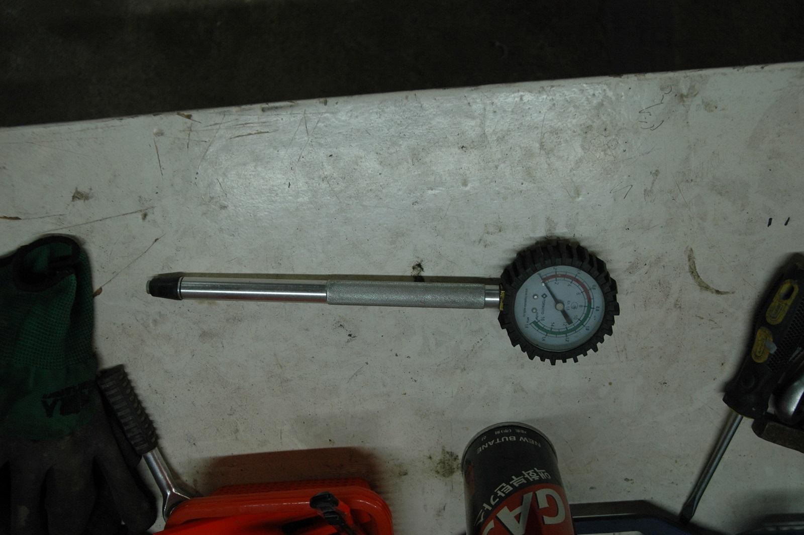 С помощью такого инструмента измеряют компрессию двигателя