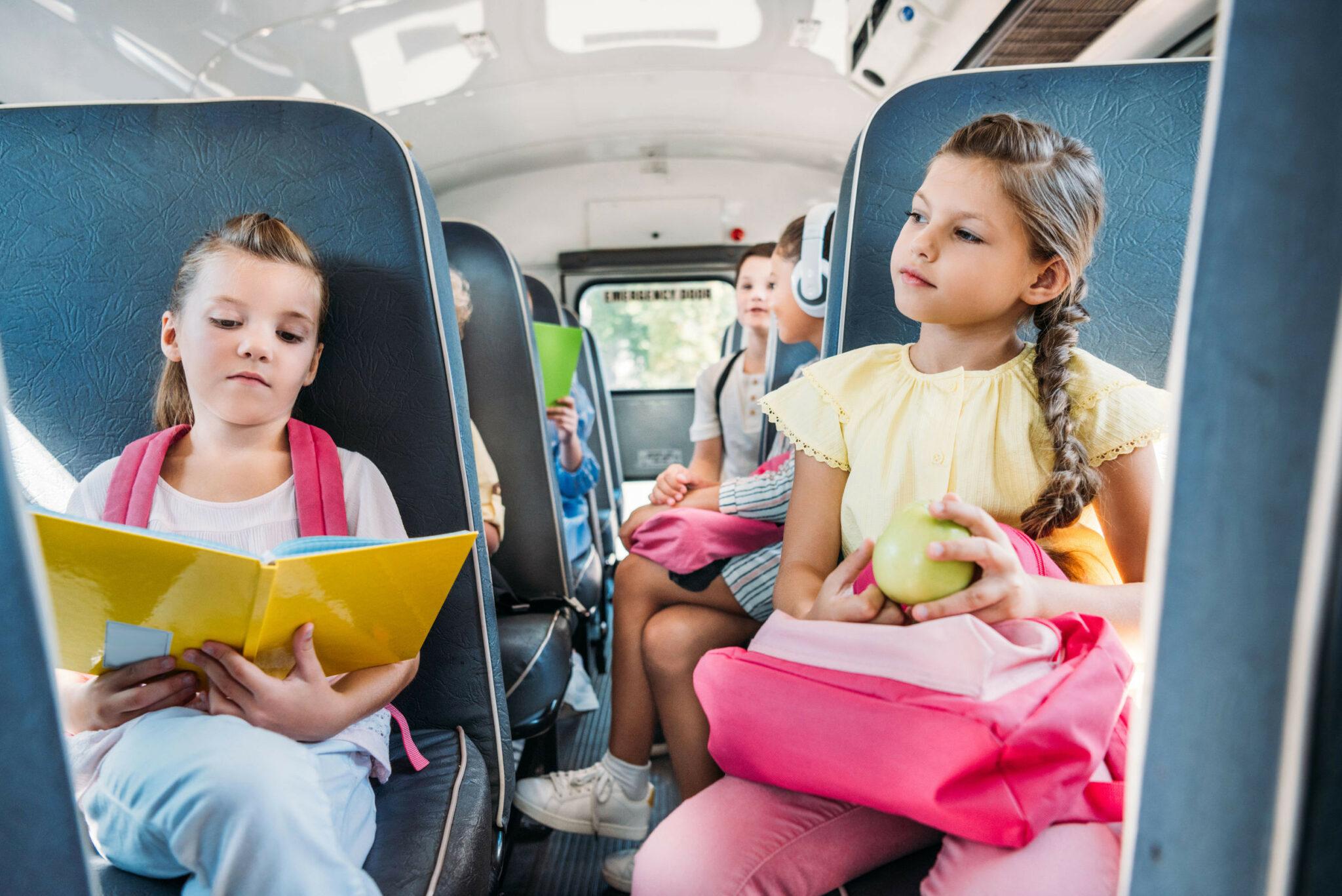Школьницы в автобусе