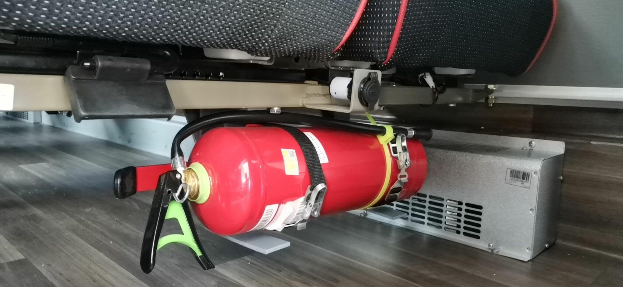 Способ крепления огнетушителя в автобусе для детей